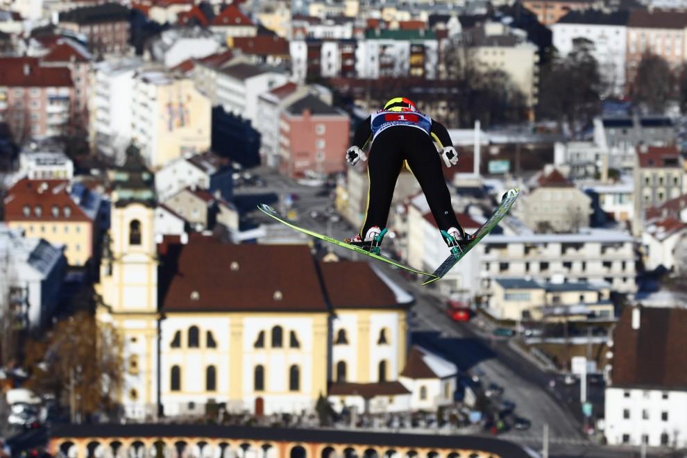 12. AUSTRIA, Innsbruck, 3 stycznia 2011: Lecący Tom Hilde na tle panoramy Innsbrucku. (Foto: Alex Grimm/Bongarts/Getty Images)