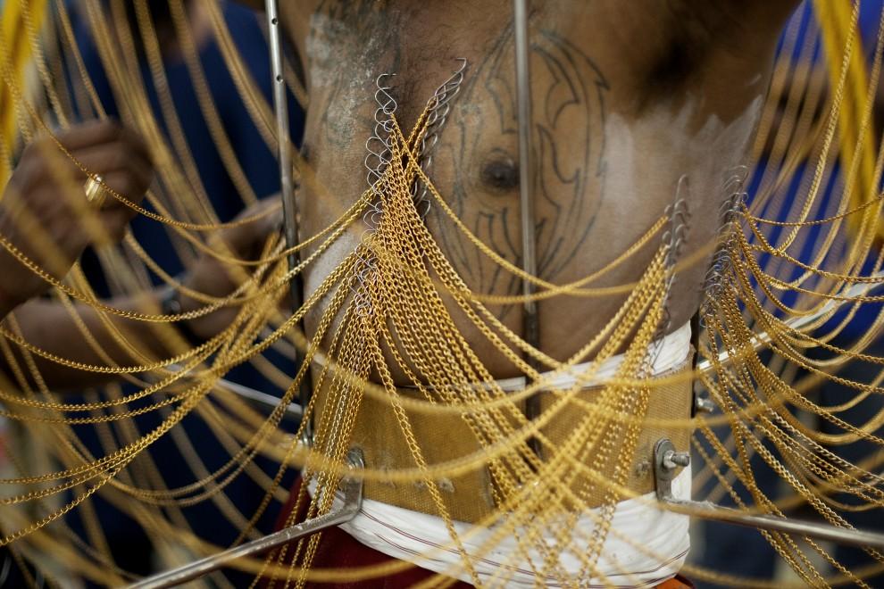 12. SINGAPUR, 20 stycznia 2011: Ciało mężczyzny nakłute licznymi haczykami. (Foto: Chris McGrath/Getty Images)
