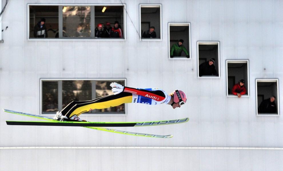 13. NIEMCY, Garmisch-Partenkirchen, 31 grudnia 2010: Severin Freund Przelatuje obok wieży sędziowskiej na obiekcie Garmisch-Partenkirchen. AFP PHOTO PETER KNEFFEL
