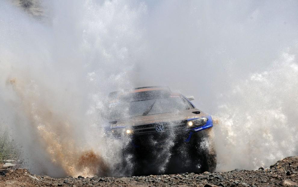 13. ARGENTYNA, San Juan, 13 stycznia 2011: Załoga Nasser Al-Attiyah / Timo Gottschalk przeprawia się przez rzekę na jedenastym etapie rajdu. AFP PHOTO / Daniel GARCIA
