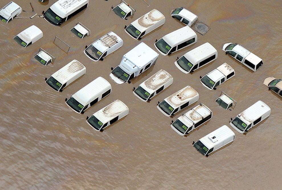 14. AUSTRALIA, Brisbane, 14 stycznia 2011: Parking komisu samochodowego zalany podczas powodzi. AFP PHOTO / Torsten BLACKWOOD
