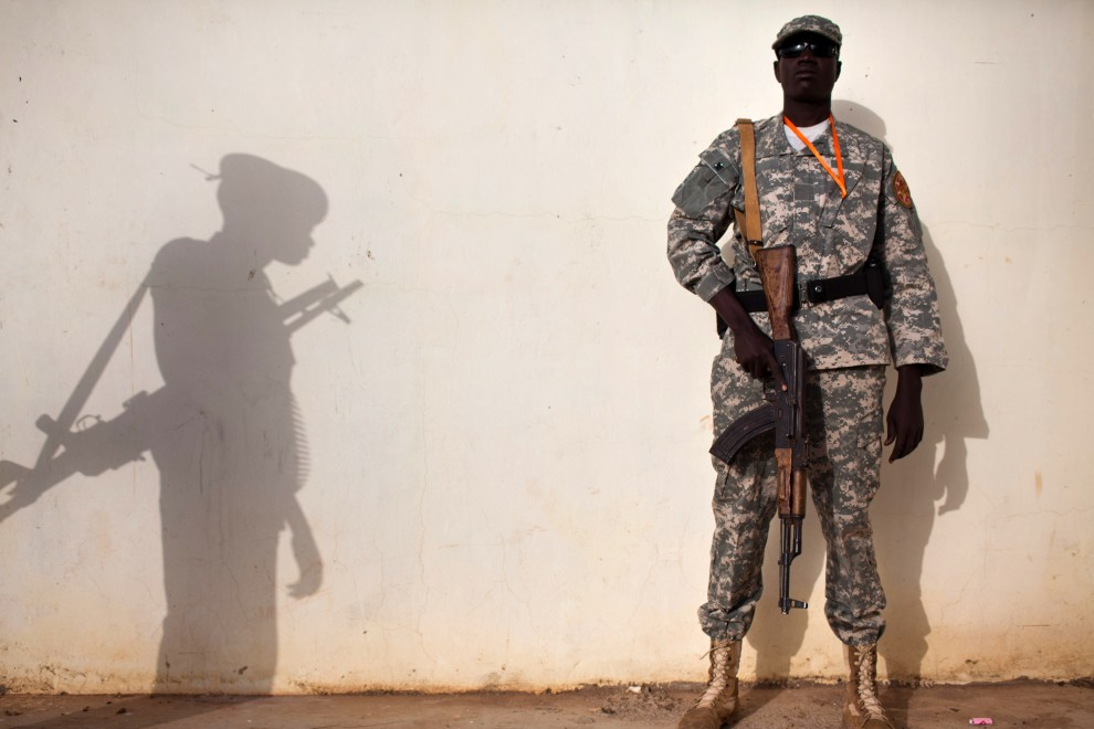 14. SUDAN, Bentiu, 10 stycznia 2011: Żołnierze SPLM(ang. Sudan People's Liberation Movement - Ludowa Armia Wyzwolenia Sudanu) pilnują porządku w drugim dniu   referendum niepodległościowego. AFP PHOTO/Yasuyoshi Chiba