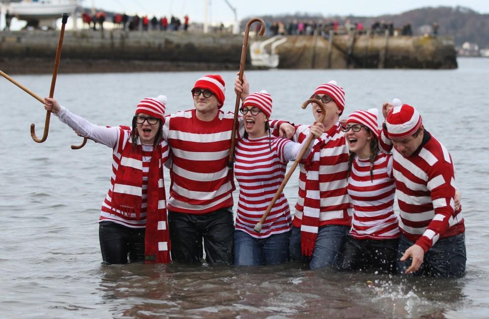 14. WIELKA BRYTANIA, South Queensferry, 1 stycznia 2011: Uczestnicy noworocznej kąpieli w wodach rzeki Forth. (Foto: Jeff J Mitchell/Getty Images)