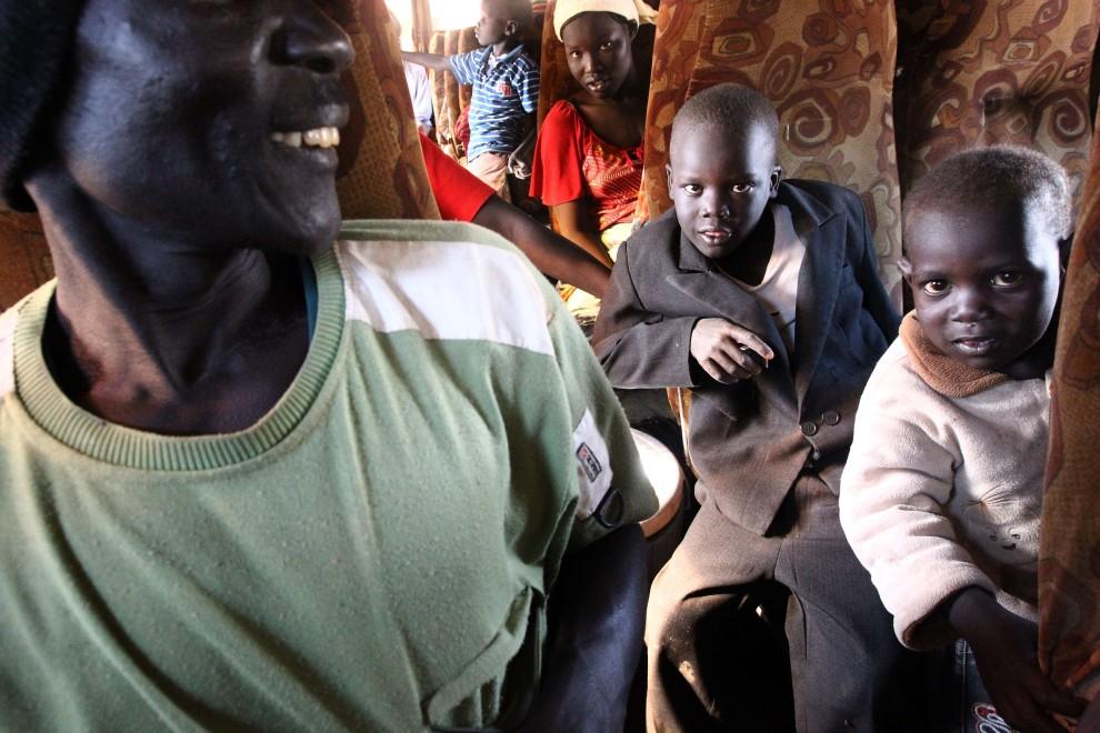 14. SUDAN, Chartum, 6 stycznia 2011: Rodziny powracające z północnej części Sudanu w rodzinne strony. AFP PHOTO/KHALED DESOUKI