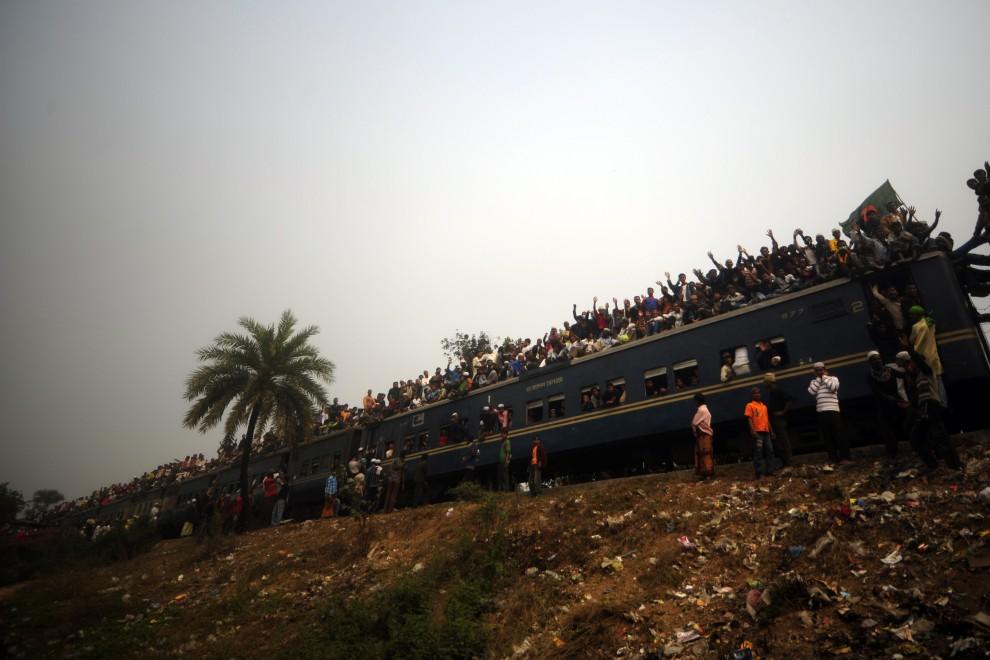 15. BANGLADESZ, Tongi, 23 stycznia 2011: Muzułmanie wracają do swoich domów z pielgrzymki. AFP PHOTO/Munir uz ZAMAN