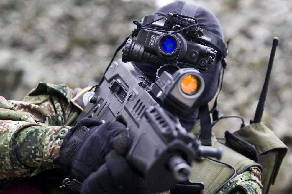 15. KOLUMBIA, Medellín, 7 stycznia 2011: Żołnierz oddziałów specjalnych podczas prezentacji swoich umiejętności. AFP PHOTO/Fredy Amariles