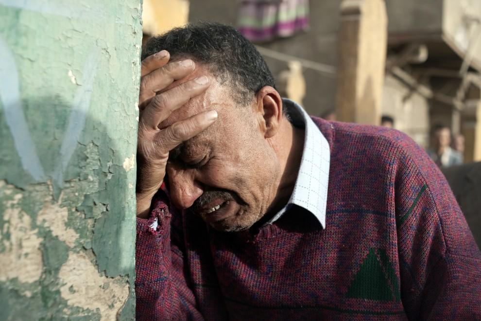 15. EGIPT, Kair, 29 stycznia 2011: Mężczyzna płacze po śmierci bliskiego – ofiary zamieszek. AFP PHOTO/ALESSIO ROMENZI
