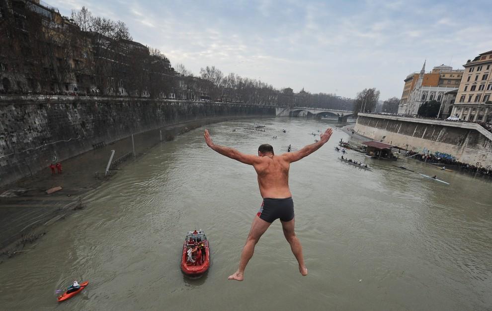 15. WŁOCHY, Rzym, 1 stycznia 2011:  Polak, Jerzy Zdanowicz, skacze z mostu do Tybru. AFP PHOTO / ANDREAS SOLARO