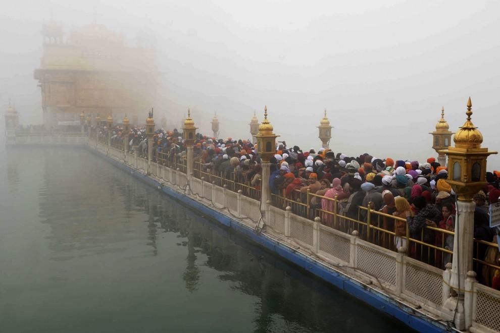 16. INDIE, Amritsar, 1 stycznia 2011: Sikhowie tłoczą się aby pomodlić się w Złotej Świątyni. AFP PHOTO/NARINDER NANU