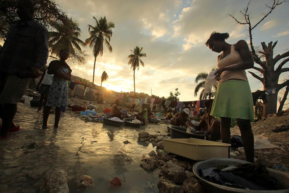 16. HAITI, Port-au-Prince, 8 stycznia 2011: Haitanki piorą ubrania w strumieniu w Port-au-Prince. (Foto: Mario Tama/Getty Images)