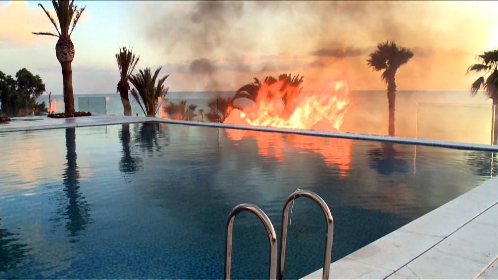 17. TUNEZJA, Hammamet, 13 stycznia 2011: Pożar w jednej z rezydencji (prawdopodobnie własność prezydenta Zine El Abidine Ben Aliego) na przedmieściach. AFP PHOTO / CLOTILDE GOURLET