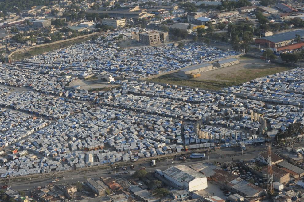 17. HAITI, Port-au-Prince, 10 stycznia 2011: Widok z powietrza na prowizoryczne miasteczko namiotowo – barakowe w centrum Port-au-Prince. AFP PHOTO/Thony BELIZAIRE