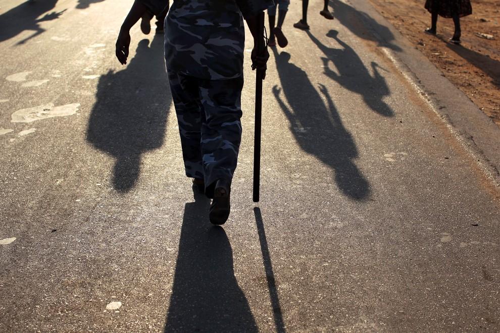 17. SUDAN, Dżuba, 5 stycznia 2011: Policjant pilnujący porządku w trakcie marszu zwolenników niepodległości. (Foto: Spencer Platt/Getty Images)