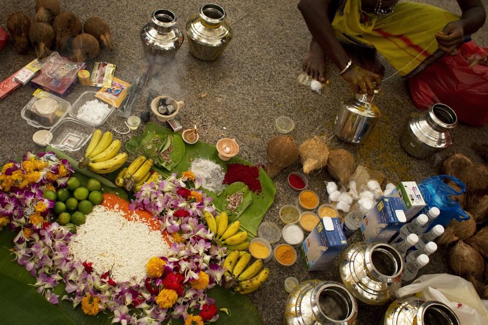 17. SINGAPUR, 20 stycznia 2011: Mężczyzna przygotowuje posiłki dla uczestników procesji. (Foto: Chris McGrath/Getty Images)