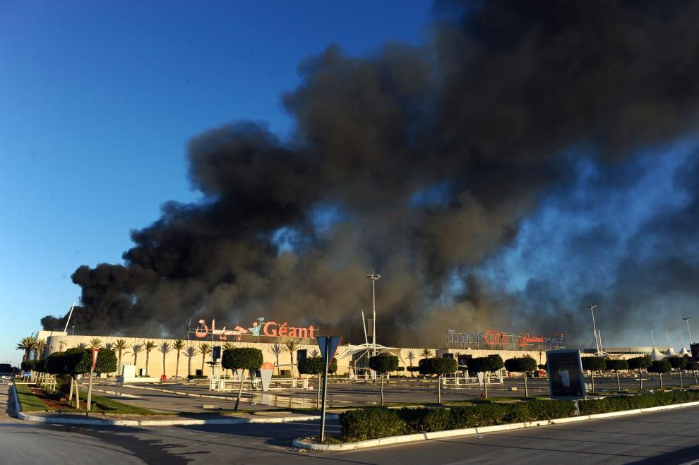 18. TUNEZJA, Tunis, 15 stycznia 2011: Dym unosi się nad podpalonym supermarketem. AFP PHOTO / FETHI BELAID