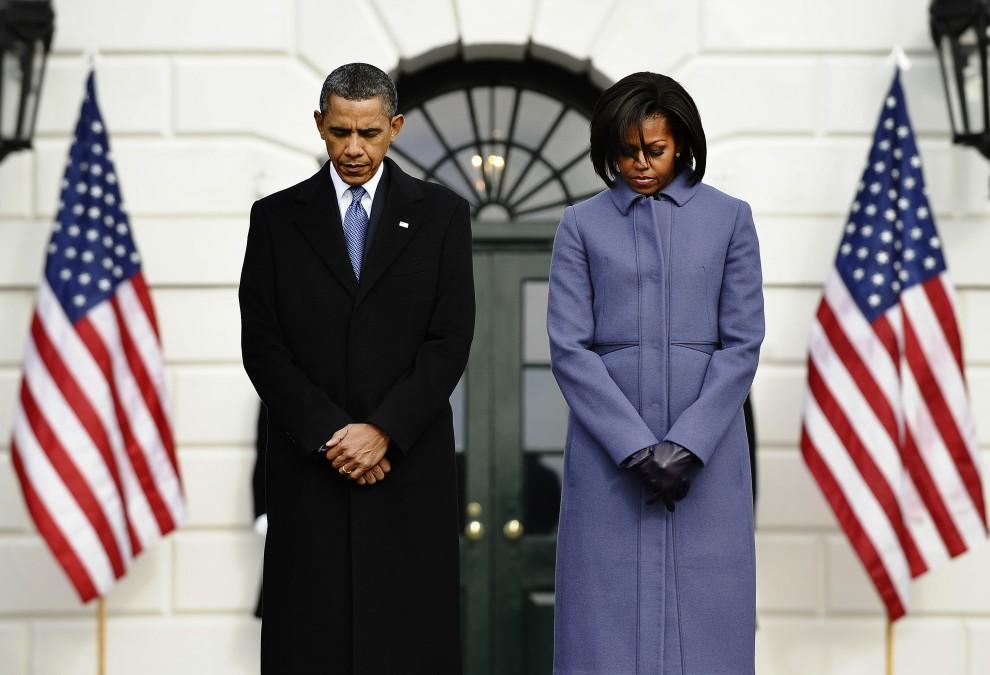 18. USA, Waszyngton, 10 stycznia 2011: Prezydent Barack Obama w towarzystwie żony czci minutą ciszy ofiary strzelaniny  w Arizonie. AFP PHOTO/Jewel Samad