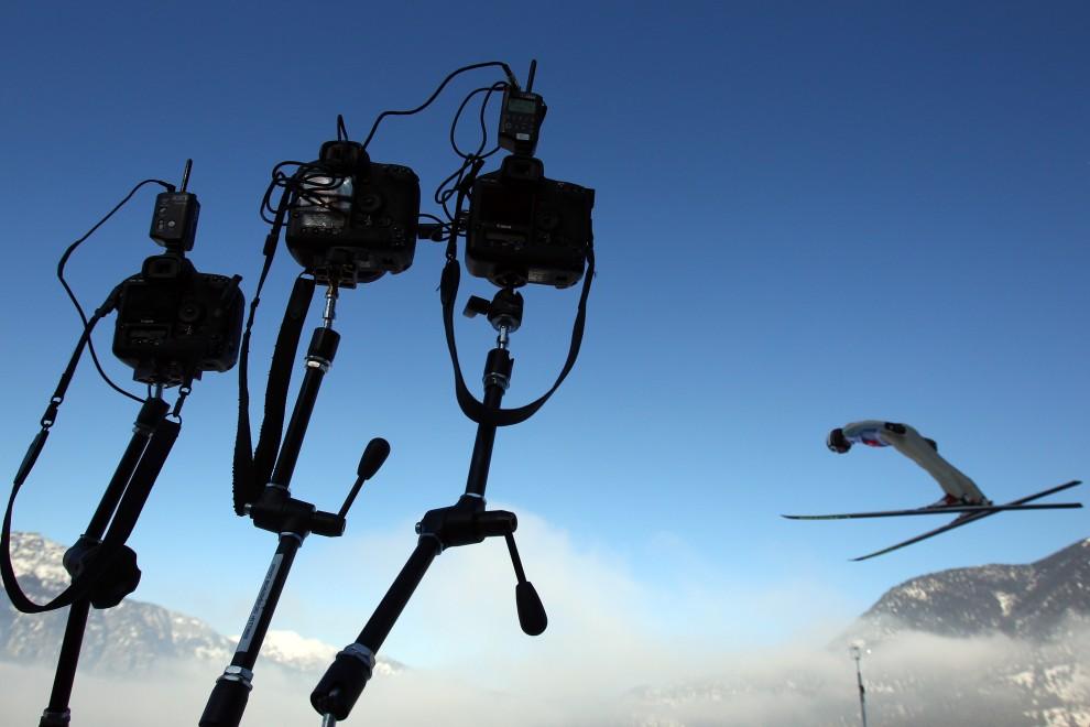 18. NIEMCY, Garmisch-Partenkirchen, 1 stycznia 2011: Sprzęt fotoreporterów fotografujących wyjście zawodników z progu skoczni. (Foto: Alexander Hassenstein/Bongarts/Getty Images)