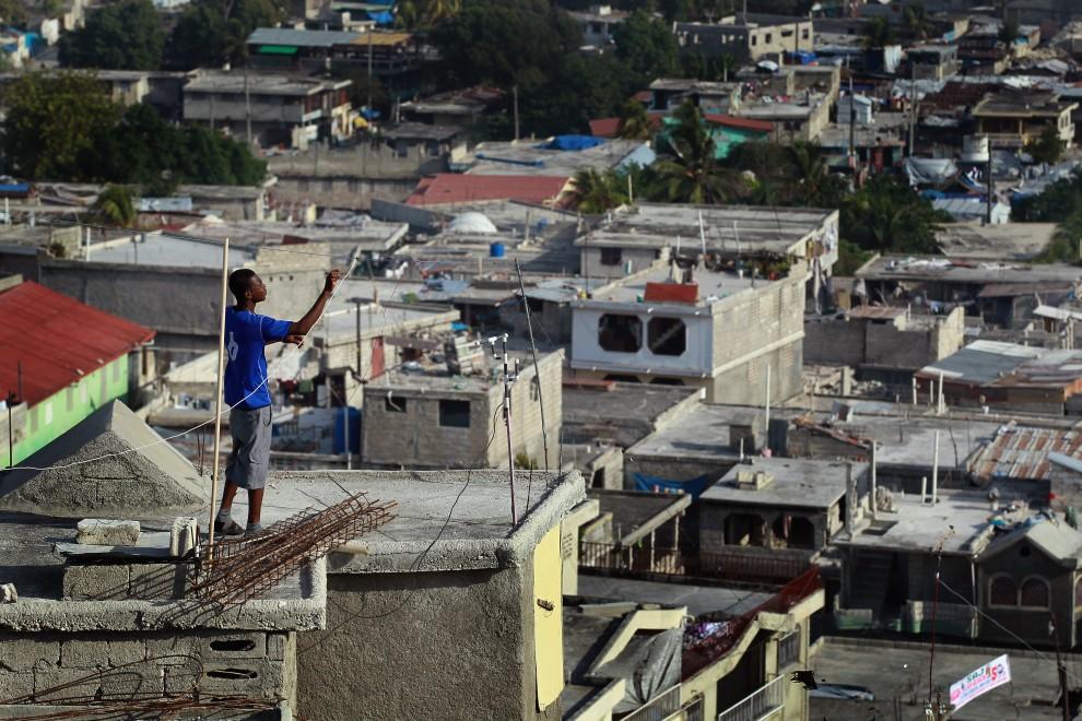 18. HAITI, Port-au-Prince, 10 stycznia 2011: Mężczyzna na dachu swojego domu w Port-au-Prince. (Foto: Joe Raedle/Getty Images)