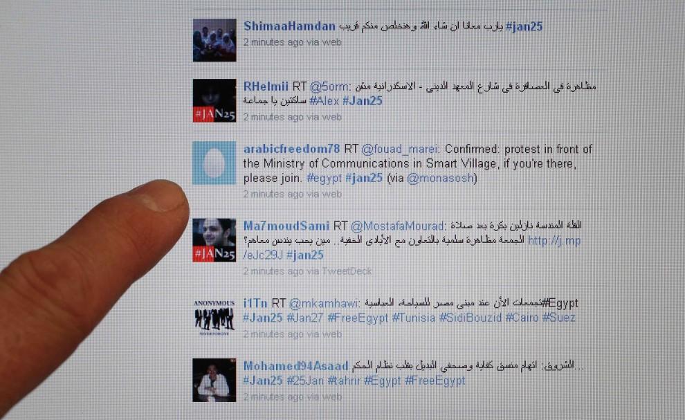 18. EGIPT, Kair, 27 stycznia 2011: Użytkownicy serwisu Twitter komunikują się w czasie trwania protestów. (Foto: Peter Macdiarmid/Getty Images)