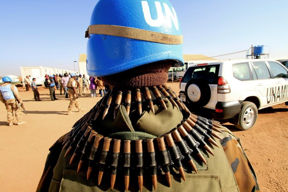 18. SUDAN, Nijala, 30 grudnia 2010: Żołnierze ONZ zabezpieczają wizytę szefa MSZ Kataru, gdzie od miesięcy toczyły się rozmowy między stronami konfliktu w Sudanie. AFP PHOTO/ASHRAF SHAZLY