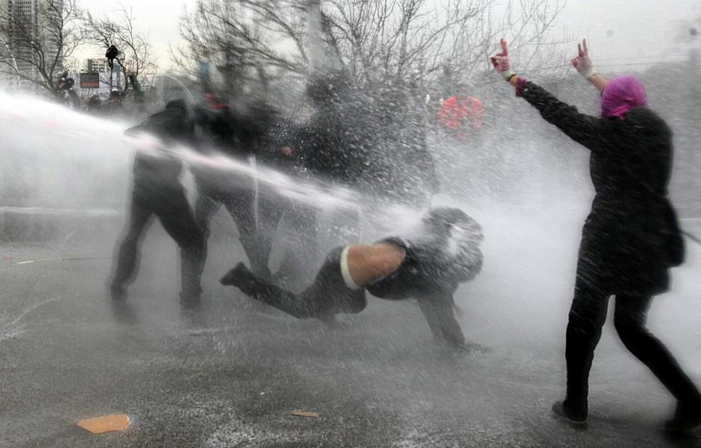 19. TURCJA, Ankara, 5 stycznia 2011: Starcia policji ze studentami, którzy protestowali przeciw posunięciom rządu w Ankarze. AFP PHOTO / ADEM ALTAN