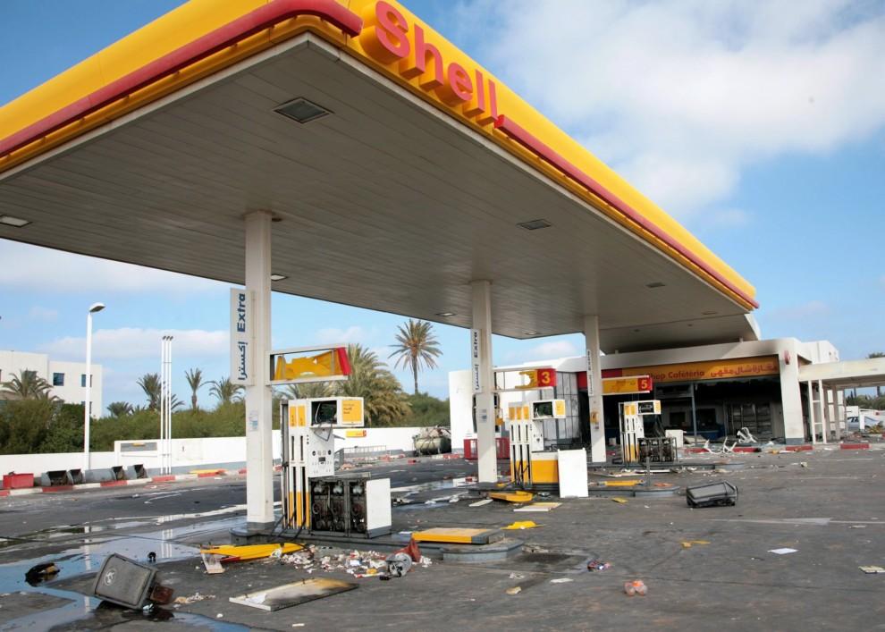 19. TUNEZJA, Monastyr, 16 stycznia 2011: Splądrowana stacja paliw w Monastyrze, ok. 160 km od Tunisu. AFP PHOTO / BECHIR BETTAIEB