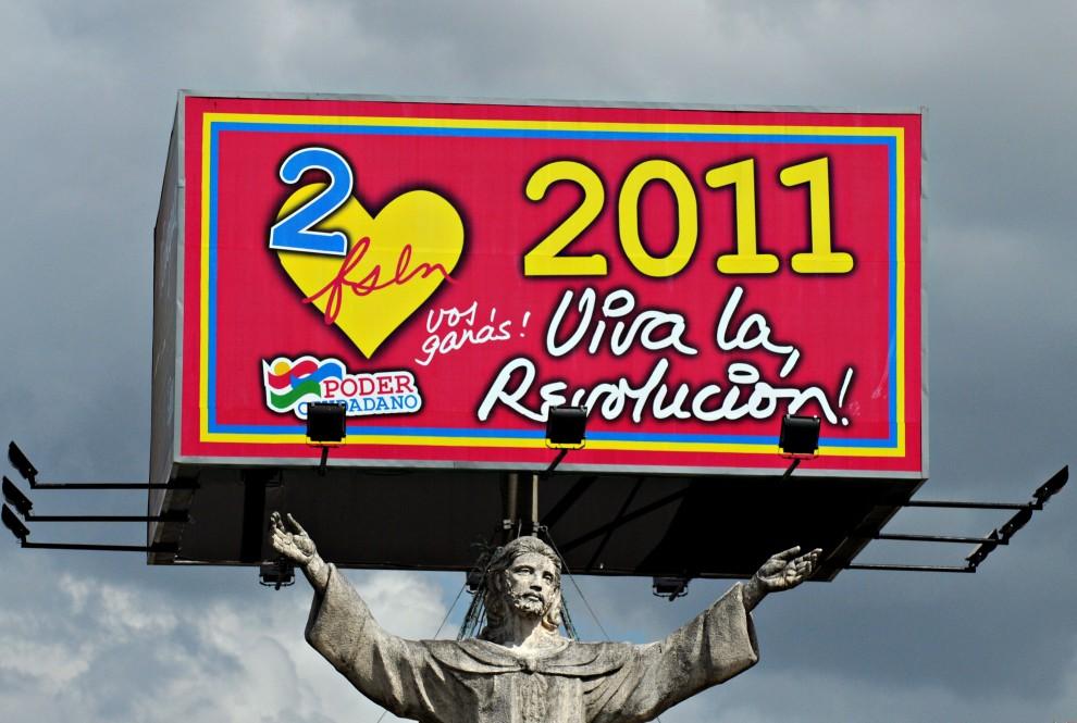 """1. NIKARAGUA, Managua, 11 stycznia 2011: Plakat Sandinistowskiego Frontu Wyzwolenia Narodowego """"Viva la Revolucion"""". Prezydent Daniel Ortega zapowiedział, że   nie wpuści do kraju międzynarodowych obserwatorów podczas zbliżających się (listopad 2011) wyborów prezydenckich, kiedy to będzie się starał o reelekcję. AFP PHOTO/Elmer MARTINEZ"""