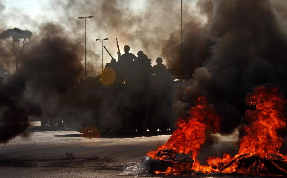 1. LIBAN, Bejrut, 25 stycznia 2011: Żołnierze obserwują barykadę z opon podpaloną przez zwolenników premiera Saad Haririego. AFP PHOTO/ANWAR AMRO