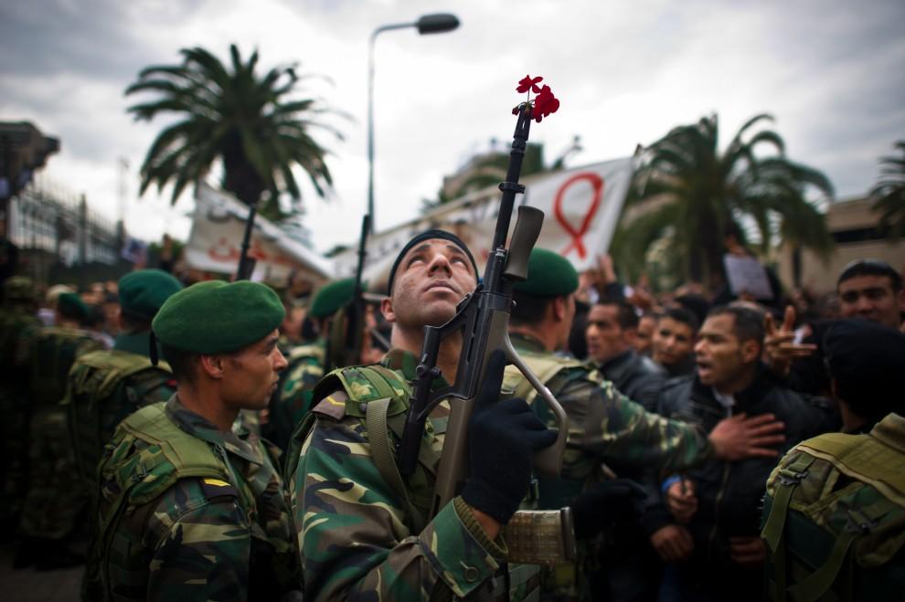 1. TUNEZJA, Tunis, 20 stycznia 2011: Żołnierz pilnujący porządku podczas demonstracji przeciwników RCD – partii byłego prezydenta. AFP PHOTO / MARTIN BUREAU