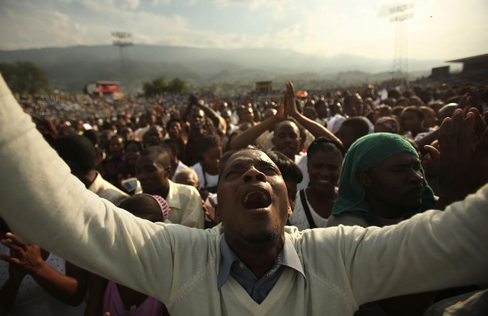 1. HAITI, Port-au-Prince, 9 stycznia 2011: Marc Goffie-Julio śpiewa podczas Festiwalu Nadziei zorganizowanym w rocznicę tragicznego trzęsienia ziemi. (Foto: Mario Tama/Getty Images)
