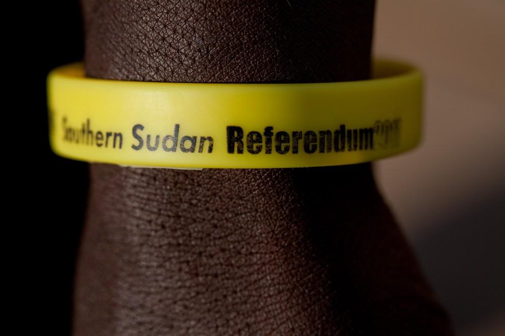 1. SUDAN, Dżuba, 4 stycznia 2011: Opaska na przegubie ręki zwolennika secesji. AFP PHOTO/YASUYOSHI CHIBA