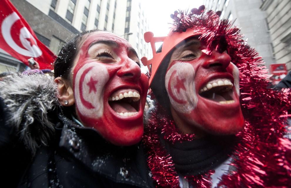 1. KANADA, Quebec , 15 stycznia 2011: Tunezyjczycy świętują przed ambasadą swojego kraju w w Quebec City. AFP PHOTO / ROGERIO BARBOSA