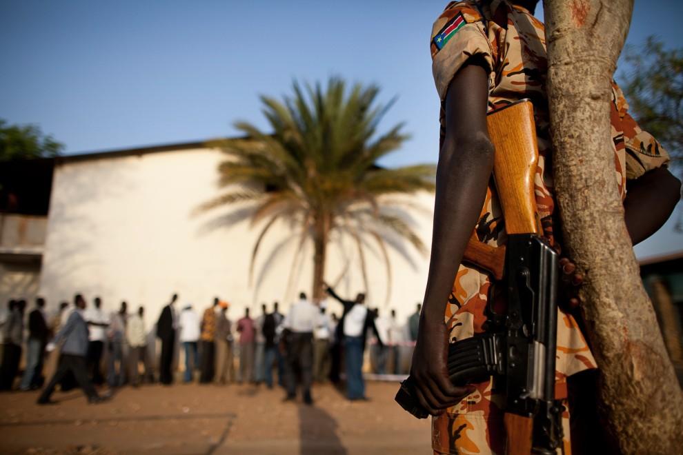 19. SUDAN, Dżuba, 9 stycznia 2011: Policjant pilnuje porządku przy wejściu do punktu głosowania. AFP PHOTO/TREVOR SNAPP