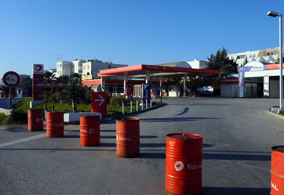 20. TUNEZJA, Tunis, 16 stycznia 2011: Zamknięta stacja paliw na przedmieściach Tunisu. AFP PHOTO / FETHI BELAID