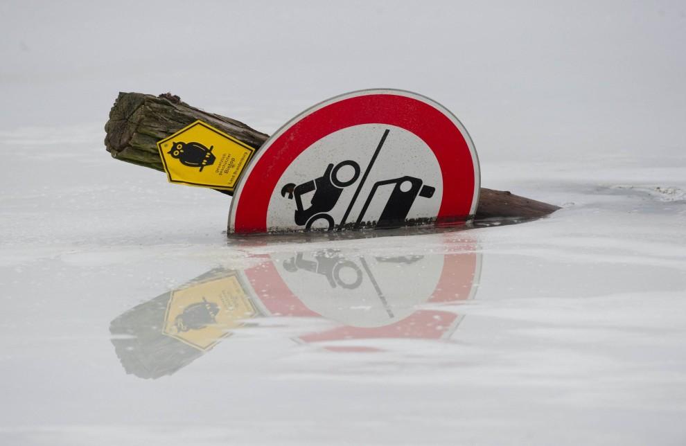 21. NIEMCY,  Hohenwutzen, 9 stycznia 2011: Znak porwany przez wody Odry podnoszące się w skutek topniejącego śniegu. AFP PHOTO PATRICK PLEUL