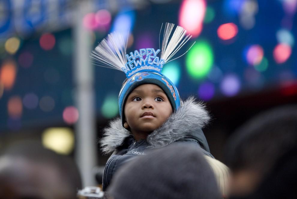 21. USA, Nowy Jork, 31 grudnia 2010: Larry Maxwell (2 lata) przygląda się zabawie trwającej na Times Square. (Foto: Brian Harkin/Getty Images)