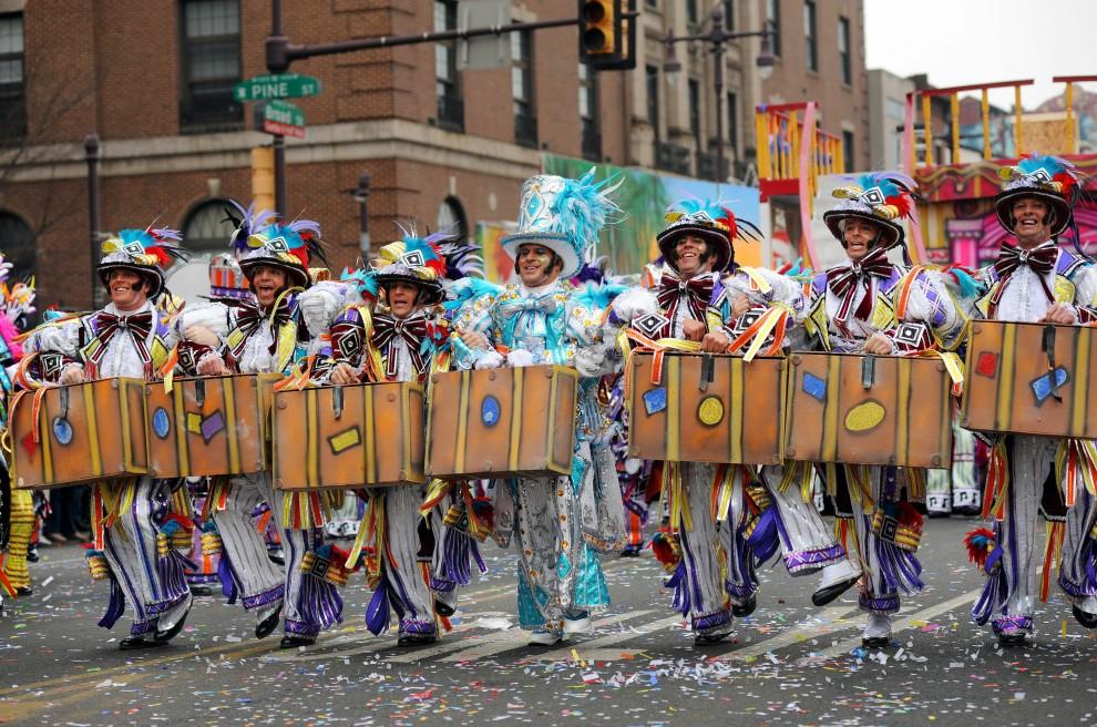 22. USA, Filadelfia, 1 stycznia 2011: Uczestnicy  noworocznej Mummers Parade na ulicach Filadelfii. William Thomas Cain/Getty Images/AFP