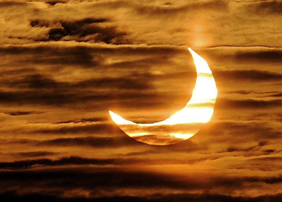 22. FRANCJA, Locon, 4 stycznia 2011: Częściowe zaćmienie słońca obserwowane w Francji. AFP PHOTO PHILIPPE HUGUEN