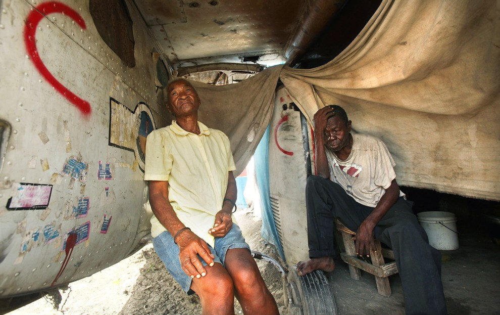 22. HAITI, Port-au-Prince, 11 stycznia 2011: Evane Alebre (po lewej) i  Montessema Celestin (po prawej) – małżenstwo, które straciło podczas trzęsienia ziemi cały dobytek. (Foto: Mario Tama/Getty Images)
