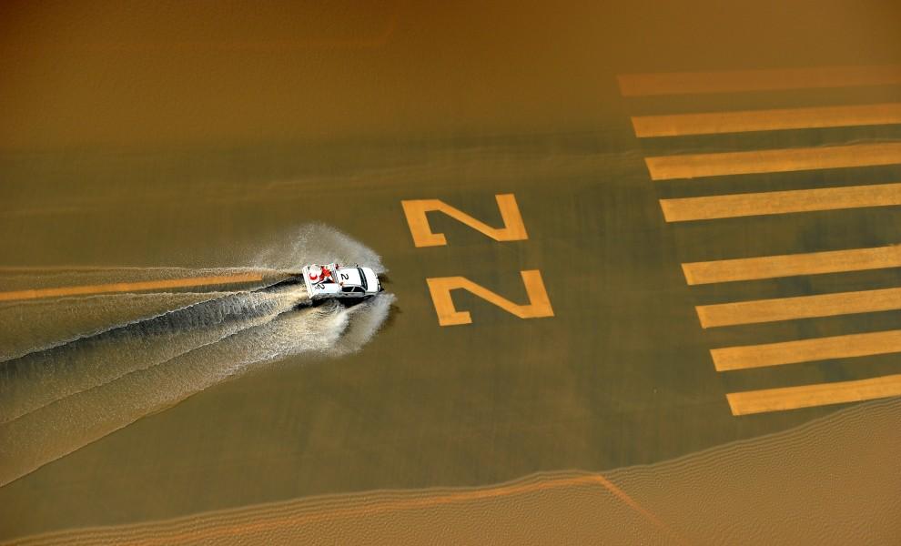 23. AUSTRALIA, Rockhampton, 5 stycznia 2011: Samochód na pasie startowym Lotniska w Rockhampton, podtopionym przez wody powodzi. AFP PHOTO / Torsten BLACKWOOD