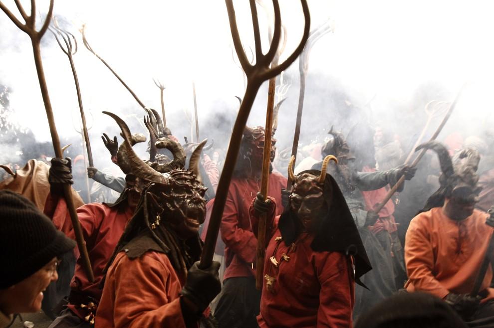 """23. HISZPANIA, Palma de Mallorca, 22 stycznia 2011:  Uczestnicy karnawałowej zabawy """"Atiar Foc"""" w przebraniu diabłów i demonów. AFP PHOTO/Jaime REINA"""