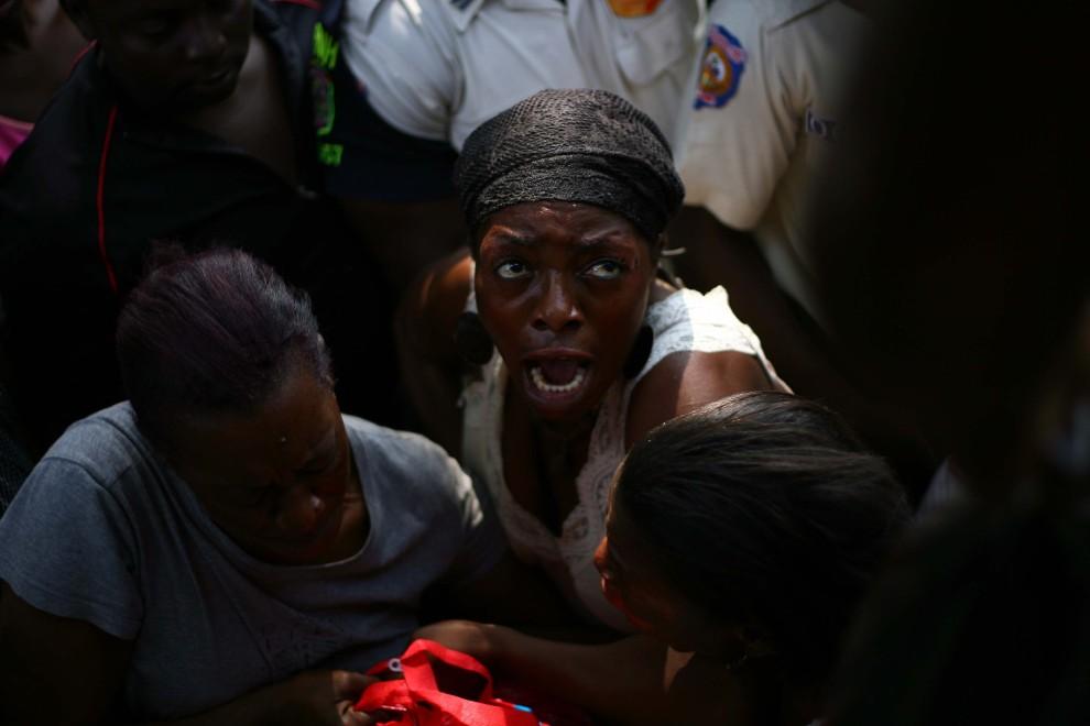 23. HAITI, Port-au-Prince, 8 stycznia 2011: Kobiety tłoczące się w kolejce po żywność. Hector Retamal / AFP