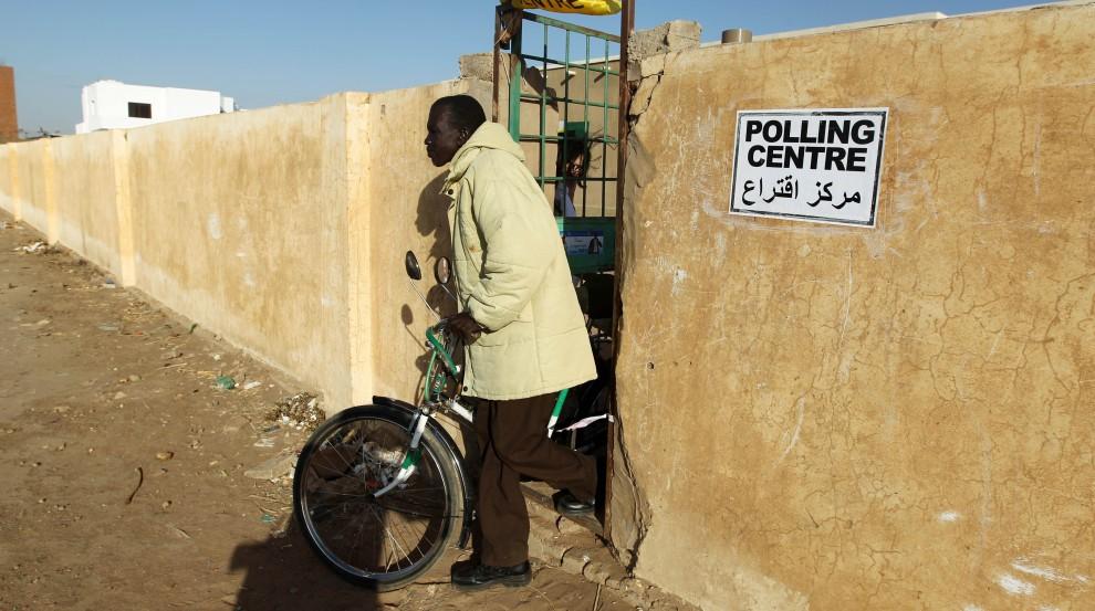 21. SUDAN, Chartum, 9 stycznia 2011: Mężczyzna wychodzi z punktu do głosowania. AFP PHOTO/KHALED DESOUKI