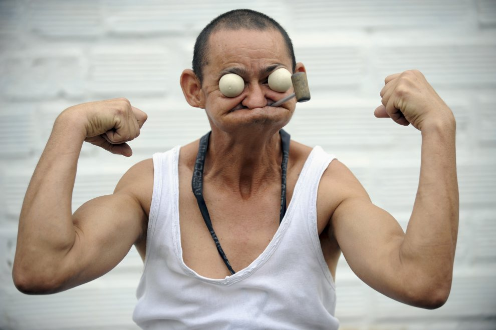 24. KOLUMBIA, Medellín, 17 stycznia 2011: Kolumbijczyk William Chavarriaga udaje Popeye. AFP PHOTO / Raul ARBOLEDA