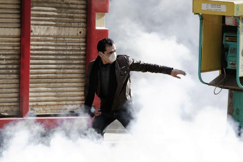 24. EGIPT, Kair, 28 stycznia 2011: Protestujący w chmurze gazu łzawiącego. AFP PHOTO/MARCO LONGARI