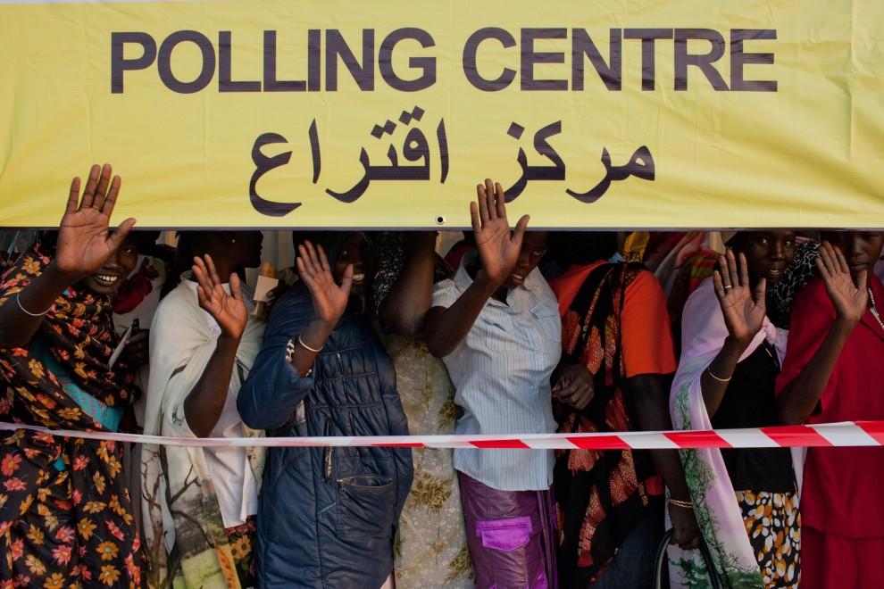 22. SUDAN, Bentiu, 9 stycznia 2011: Kobiety w kolejce do oddania głosu w referendum. AFP PHOTO/YASUYOSHI CHIBA