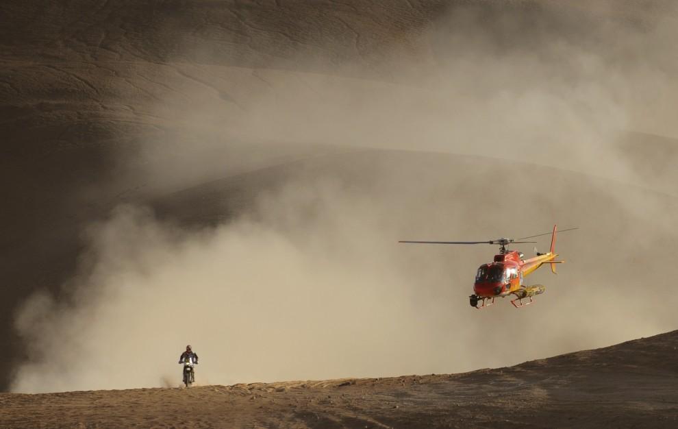 25. CHILE, Antofagasta, 9 stycznia 2011: Portugalczyk Paulo Goncalves na siódmym etapie rajdu. AFP PHOTO / Daniel GARCIA