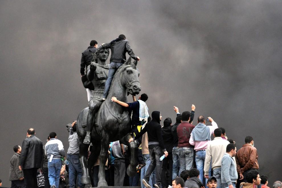 25. EGIPT, Aleksandria, 28 stycznia 2011: Protestujący zebrani wokół pomnika Aleksandra Wielkiego. AFP PHOTO/STR