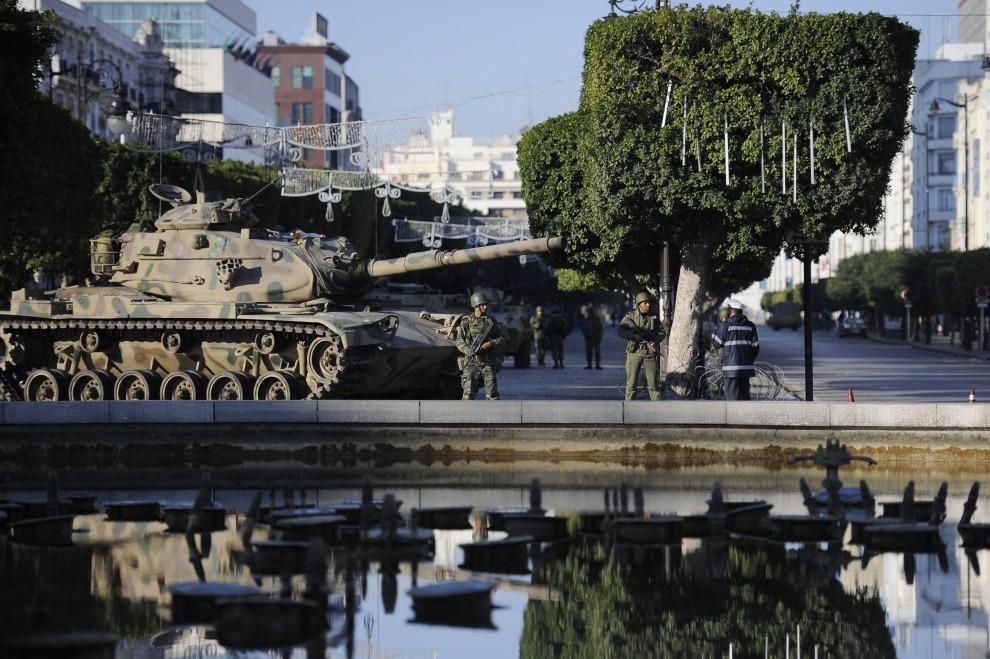 25. TUNEZJA, Tunis, 15 stycznia 2011: Wojskowy posterunek w centrum miasta. AFP PHOTO / FRED DUFOUR