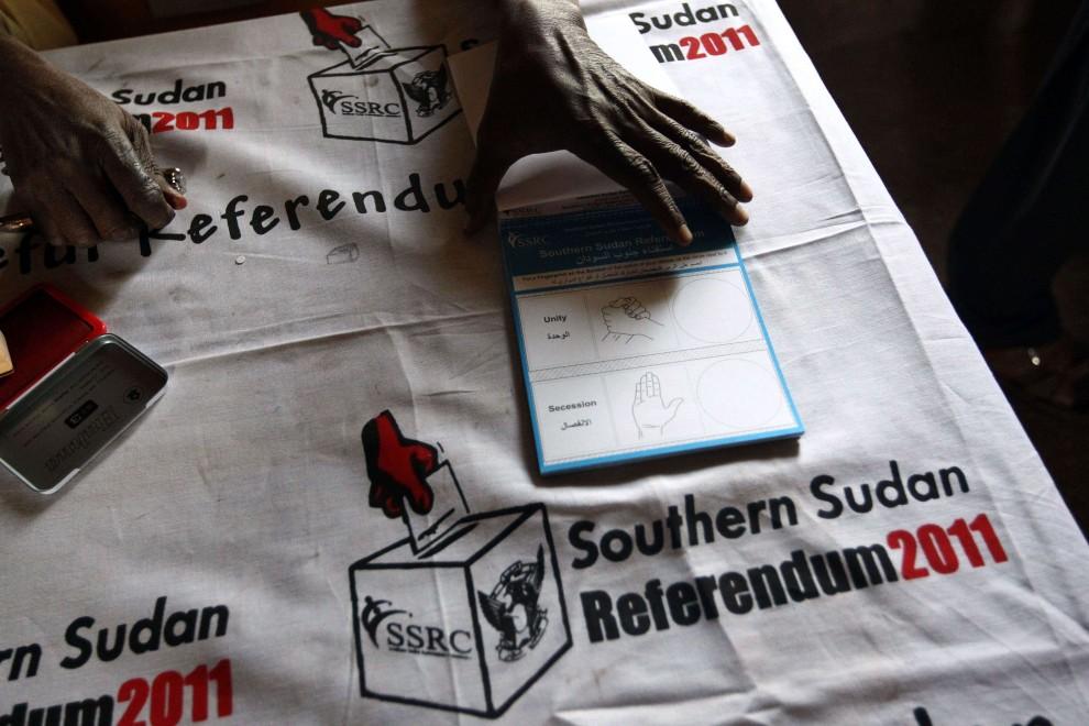 23. SUDAN, Chartum, 9 stycznia 2011: Członek komisji wyborczej stempluje pliki kart do głosowania. AFP PHOTO/KHALED DESOUKI